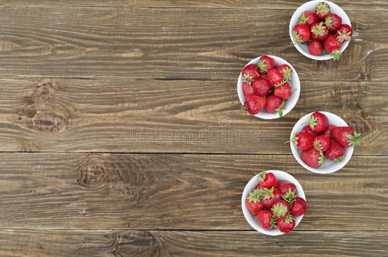 Красный цвет клубник зрелый на деревянном столе стоковая фотография