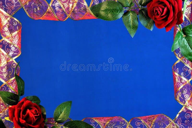 Красный цвет ленты рамки с золотыми орнаментами и красной розой на голубой предпосылке, украшении, праздничном событии стоковое фото rf