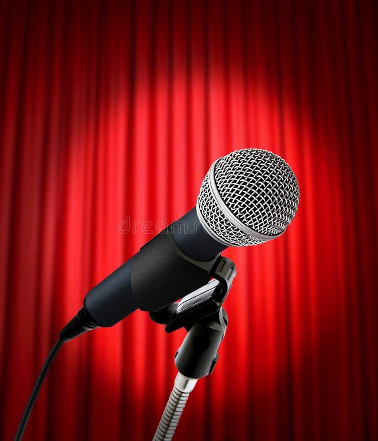 красный цвет микрофона занавеса стоковые фото