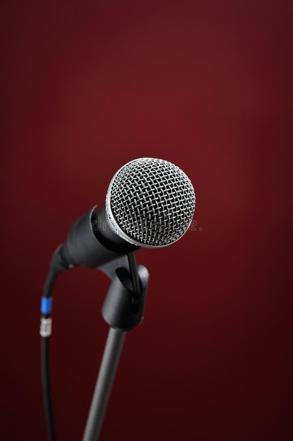 красный цвет микрофона стоковая фотография