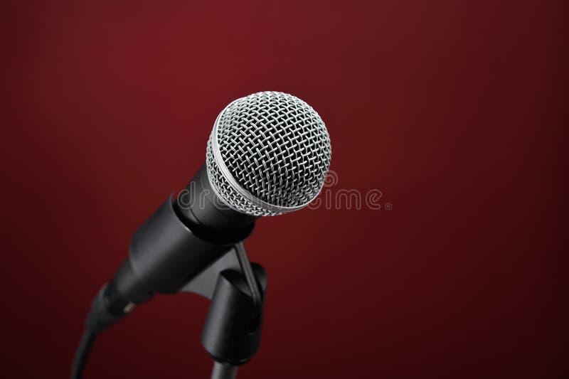 красный цвет микрофона стоковая фотография rf