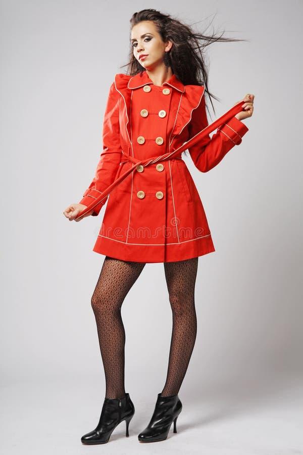 красный цвет модели способа пальто стоковая фотография