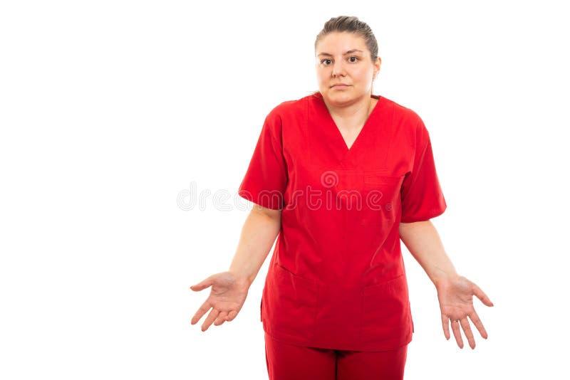 Красный цвет молодой медицинской медсестры нося scrub показывать надевает ` t знает жест стоковые изображения