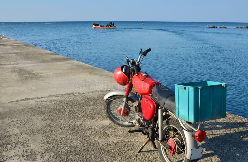 красный цвет мопеда стоковые фотографии rf