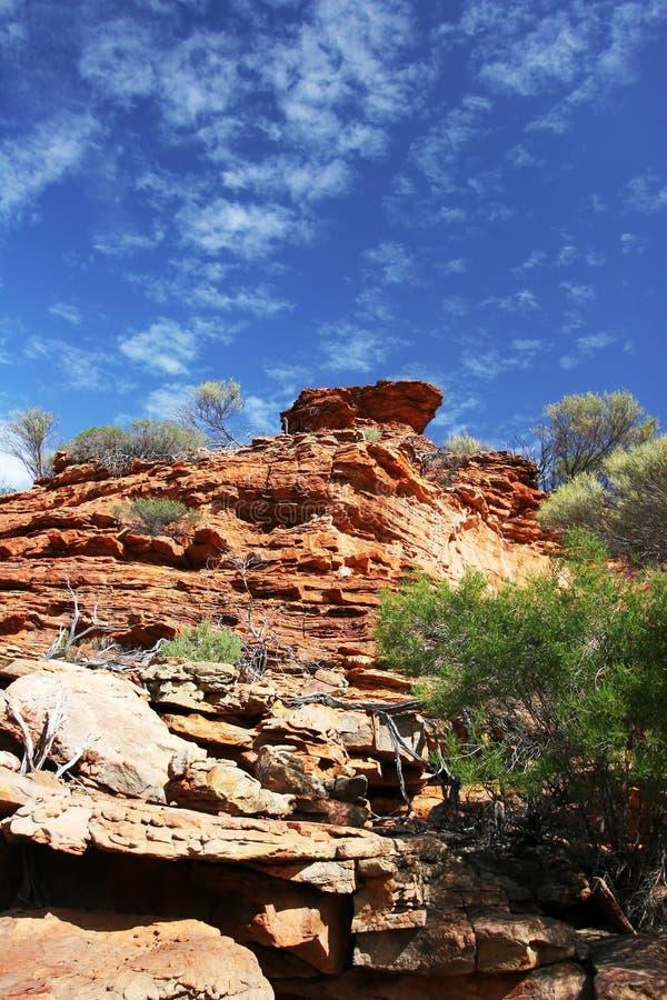 Красный цвет наслоил скалы и голубое небо на национальный парк Kalbarri стоковое изображение rf