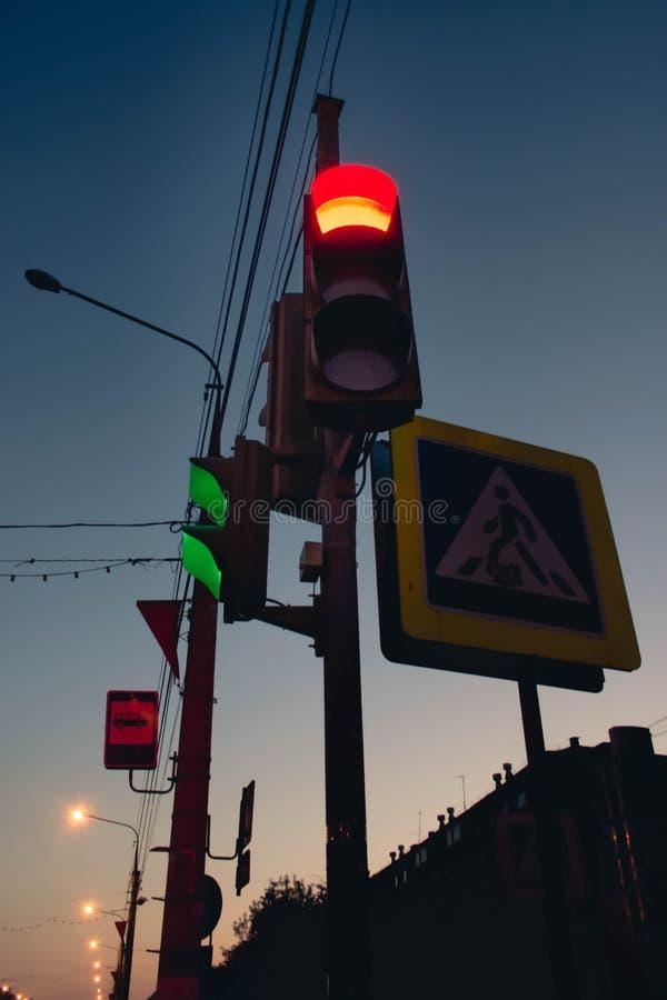 Красный цвет на светофоре с красивым голубым небом в предпосылке стоковые фотографии rf