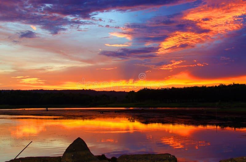 Красный цвет неба солнце устанавливает чабана стоковая фотография rf
