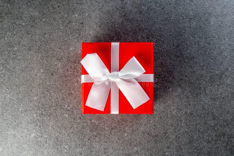 Красный цвет обернул подарочные коробки с белым смычком для полюбленное одного для дня рождения, Нового Года, кануна, рождества,  стоковое фото rf