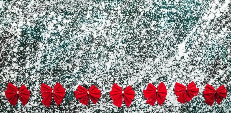 Красный цвет обхватывает серый цвет om, мрамор, каменную предпосылку, взгляд от верхней части, выше, квартира, поздравительная от стоковые изображения