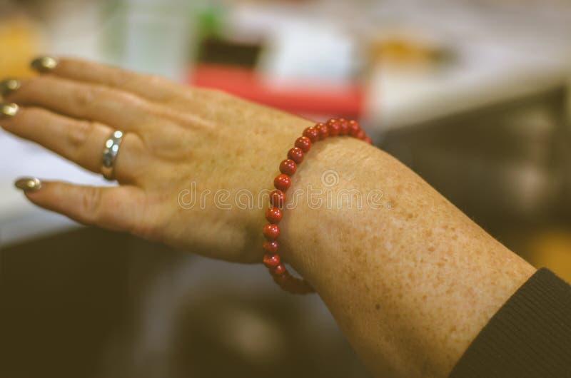 Красный цвет отбортовывает браслет стоковые изображения rf