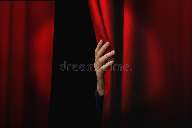 красный цвет отверстия занавеса стоковое фото rf