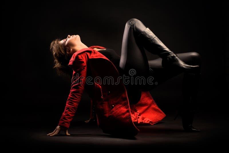 красный цвет пальто модельный стоковое изображение