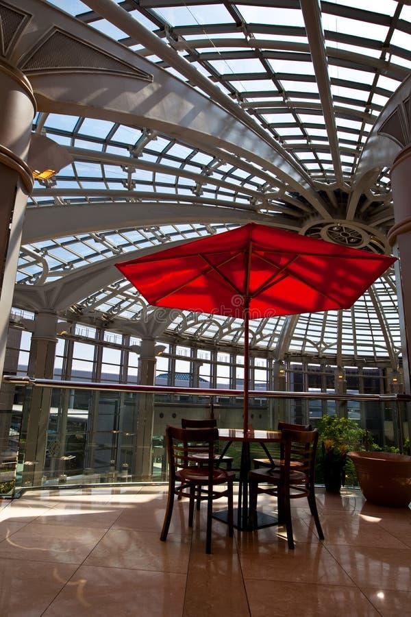 красный цвет парасоля стоковое изображение