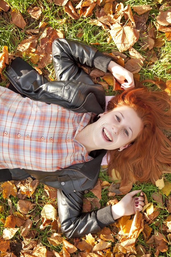 красный цвет парка девушки осени с волосами счастливый стоковое изображение rf