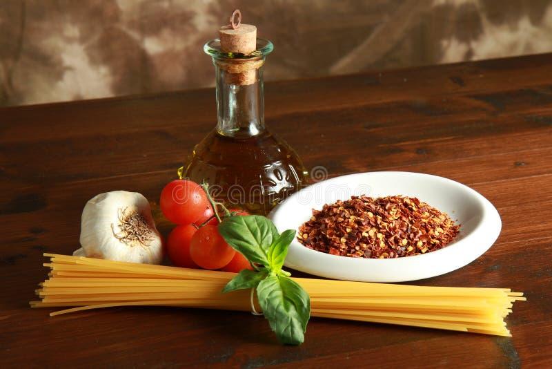 красный цвет перца макаронных изделия чесночное маслоо chili прованский стоковые фотографии rf