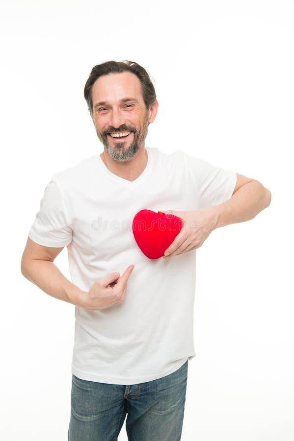 красный цвет поднял здоровье внимательности рукояток изолировало запаздывания Зрелый бородатый человек с красным сердцем Пересадк стоковые фото