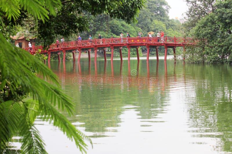 Красный цвет покрасил мост Huc на озере Hoan Kiem в Ханое, Вьетнаме стоковые фотографии rf