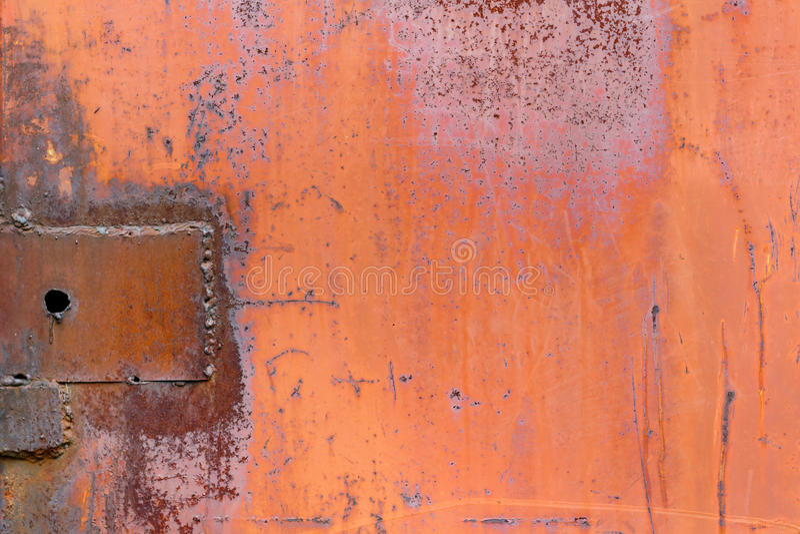 Красный цвет покрасил поверхность металлического листа с трассировками предпосылки конспекта ржавчины стоковые фото