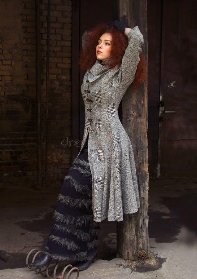 красный цвет портрета волос девушки стоковое фото rf