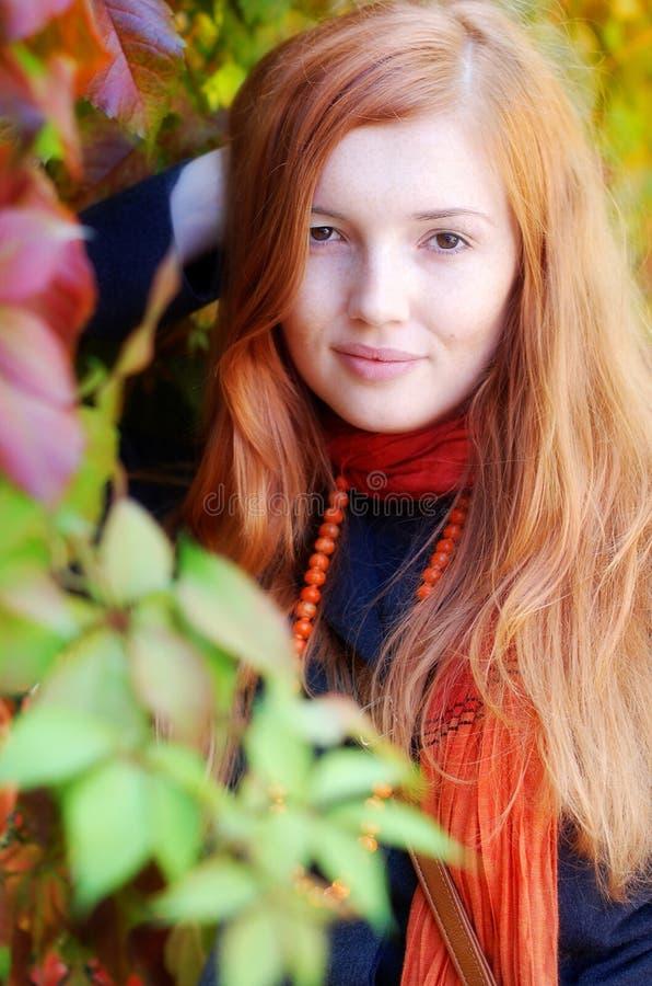 красный цвет портрета девушки осени с волосами стоковое изображение