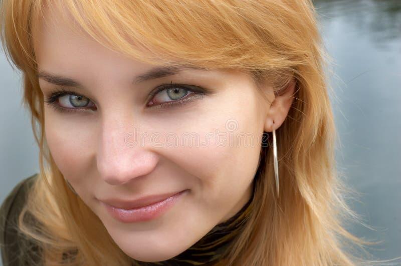 красный цвет портрета девушки стороны с волосами стоковая фотография