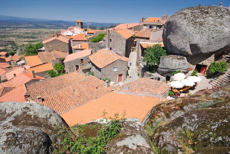 красный цвет Португалии горы monsanto настилает крышу село стоковые изображения rf