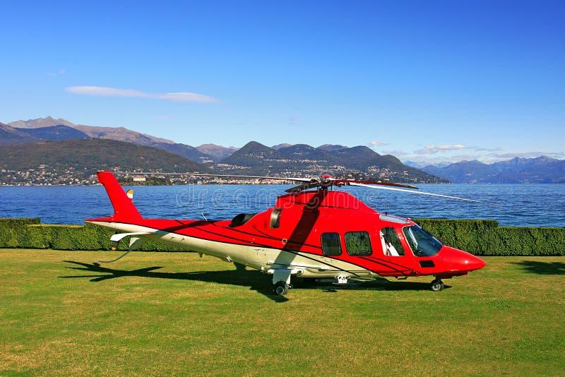 красный цвет посадки вертолета поля стоковые фотографии rf