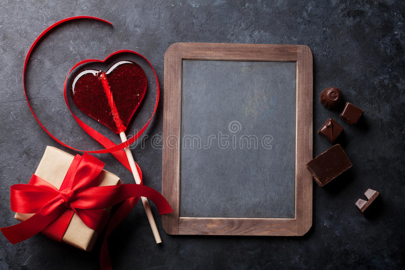 красный цвет поднял Лента и подарок сердца форменные красные стоковое изображение rf