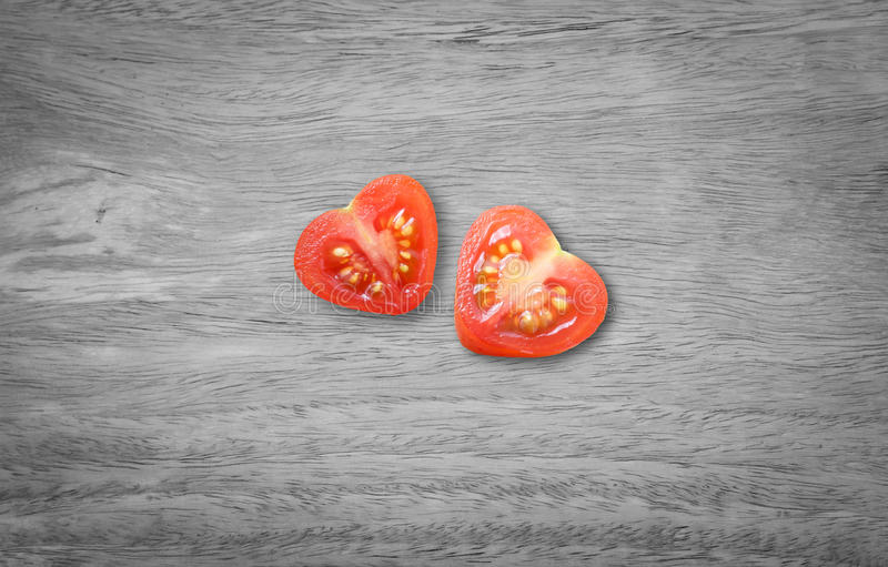 красный цвет поднял Отрезок сердца сформированный томатом в половине стоковая фотография rf