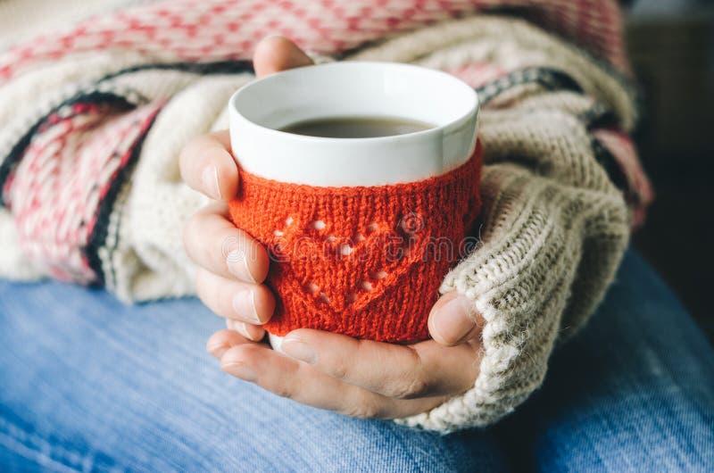 Красный цвет связал шерстяную чашку с картиной сердца в женских руках стоковые фотографии rf