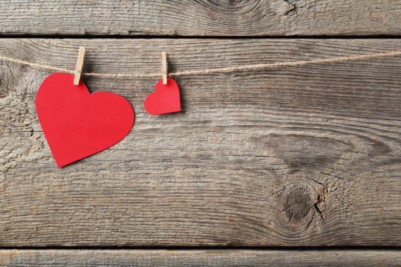 красный цвет сердец бумажный стоковые фото