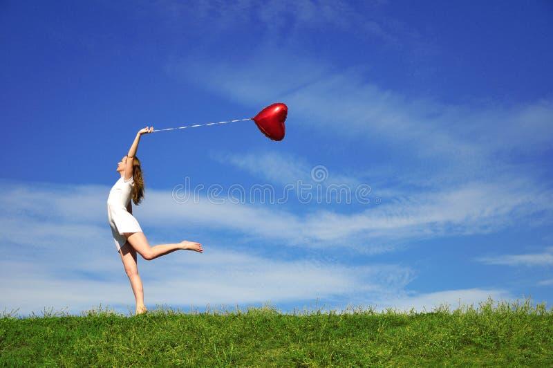 красный цвет сердца девушки формы воздушного шара стоковые изображения rf