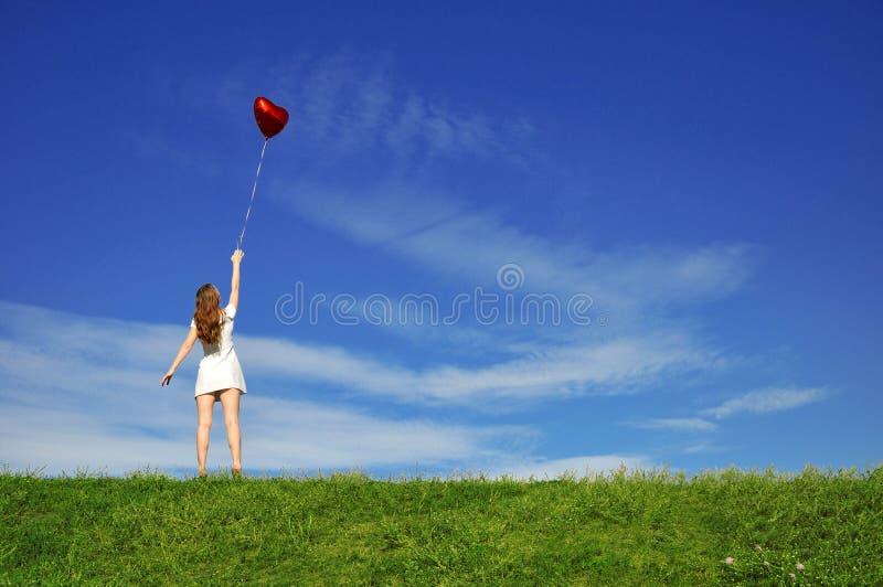 красный цвет сердца девушки формы воздушного шара стоковая фотография rf
