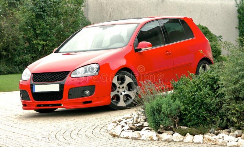 красный цвет стоянкы автомобилей автомобиля стоковая фотография