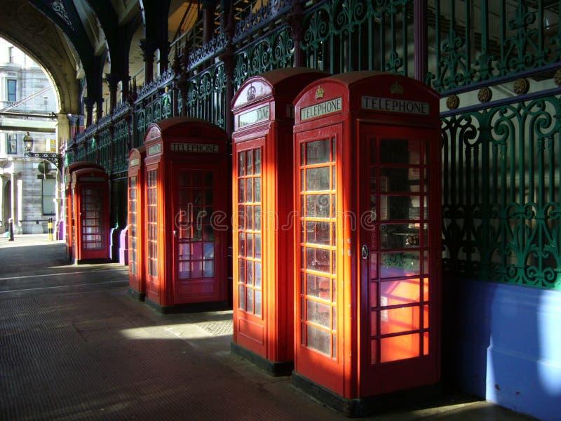 красный цвет телефона london boothes стоковое изображение