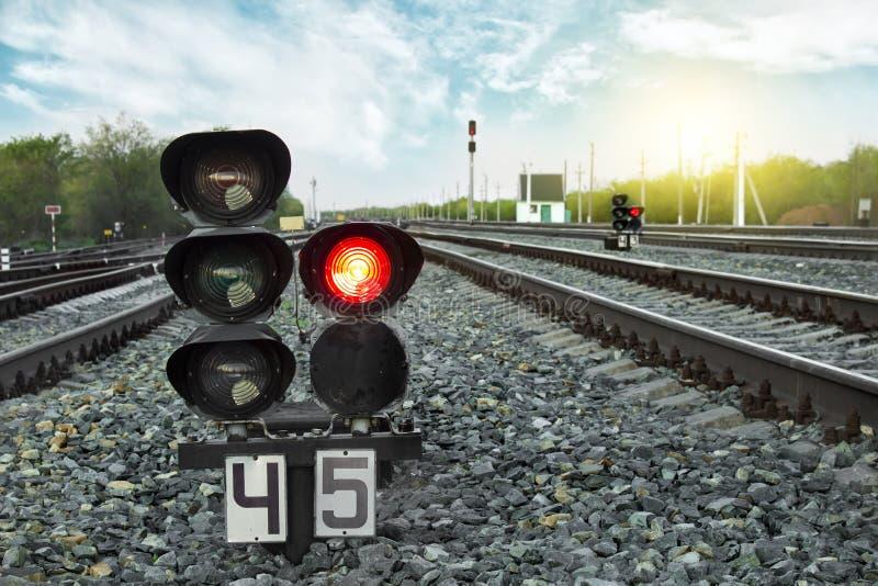 красный цвет узкоколейной железной дороги показывает движение сигнала железнодорожный вокзал перемещение карты dublin принципиаль стоковая фотография