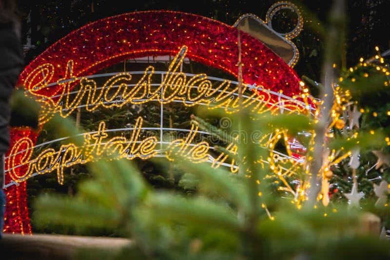 Красный цвет шарика рождества гигантский привел где написано во французском Stras стоковые фото