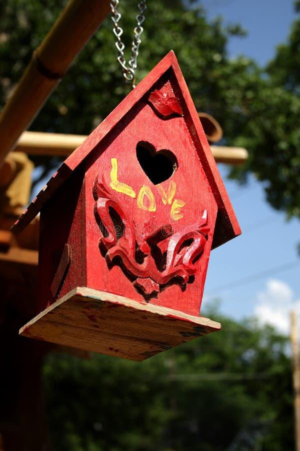 красный цвет birdhouse стоковое изображение rf