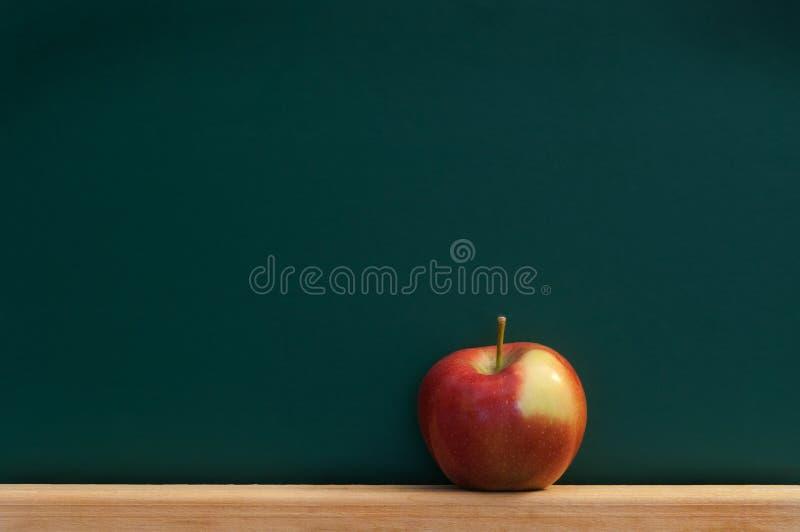 красный цвет chalkboard яблока стоковое изображение rf