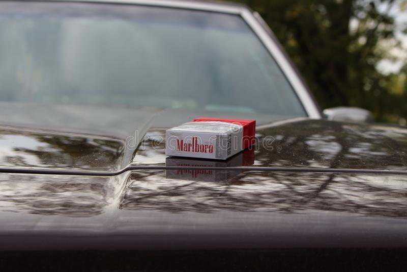 Красный цвет Marlboro на клобуке автомобиля стоковое изображение rf