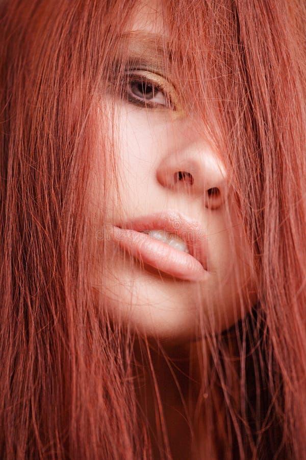 красный цвет portait волос девушки стоковые изображения