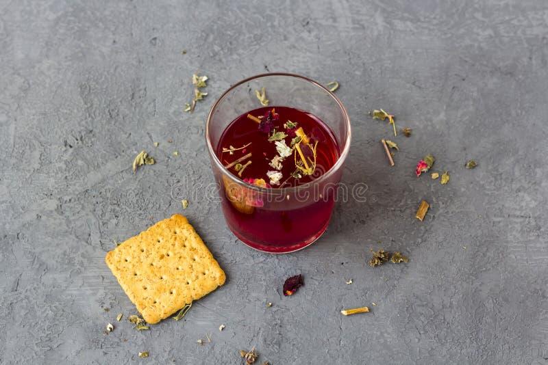 Красный чай гибискуса в стеклянной чашке стоковые изображения