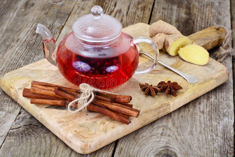 Красный чай гибискуса с циннамоном, Dittany и имбирем стоковое фото