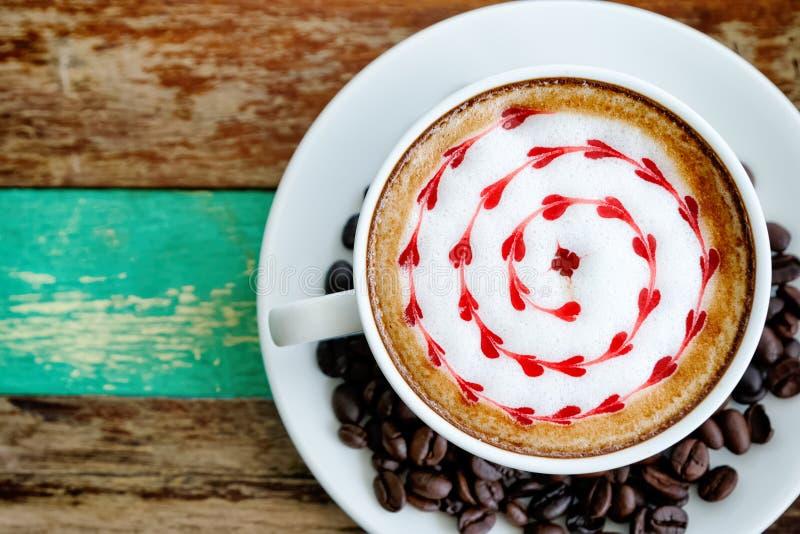 Красный чертеж сердца на кофе искусства latte стоковая фотография