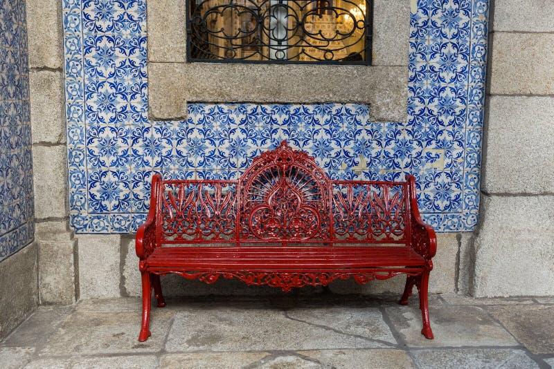 Красный чугунный стенд на стене плитки стоковое фото