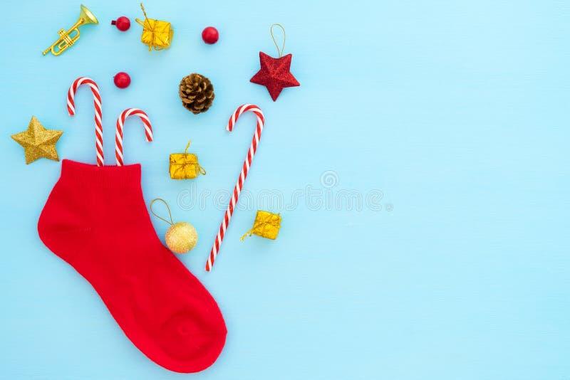 Красный чулок рождества с украшением на голубой предпосылке стоковое фото rf