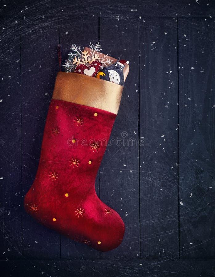 Красный чулок с подарками на рождество стоковое изображение