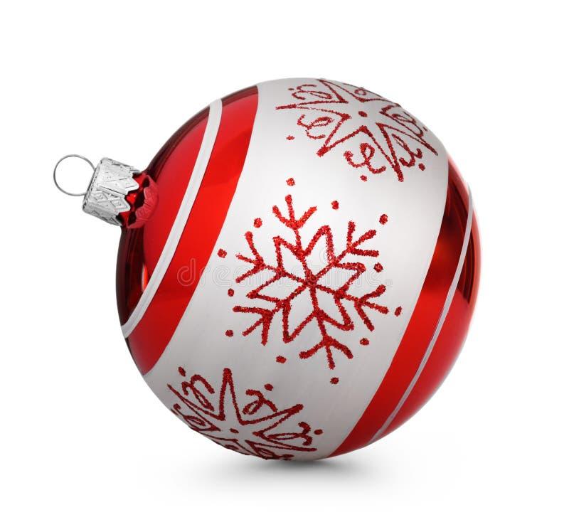 Красный шарик рождества при снежинки изолированные на белой предпосылке стоковая фотография rf