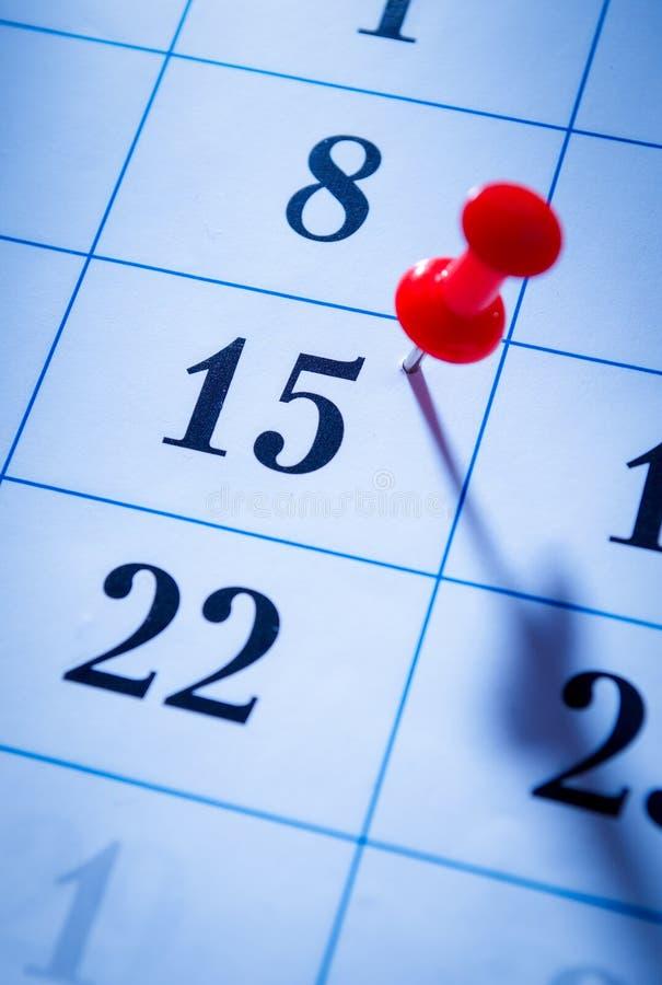 Красный штырь отмечать пятнадцатое на календаре стоковое изображение rf