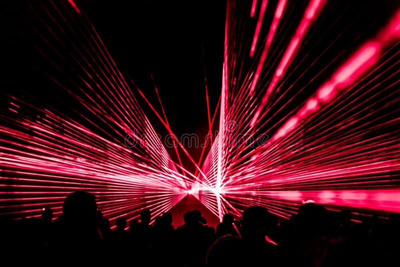 Красный этап клуба ночной жизни выставки лазера с людьми партии толпится стоковые фотографии rf